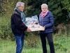 Indvielse af lys i Endrup Naturpark - Hanne og Theodor overrækkes en præmie